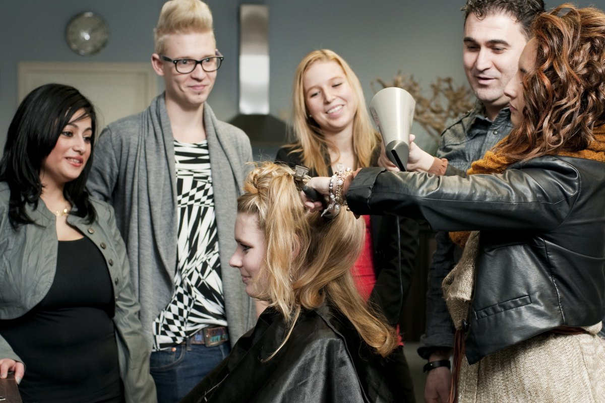 Student föhnt model in de les bij Beauty College